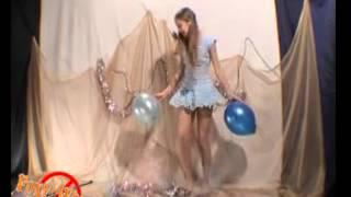 Девочка танцует на школьном концерте