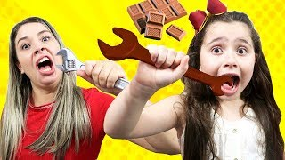 HELOÍSA E MAMÃE FIZERAM UM DESAFIO DE CHOCOLATE! staged a chocolate challenge