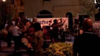 Lokaal feest in de open lucht aan de Bloemenriviera in noord Italie