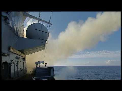 Hr. Ms. de Zeven Provinciën lanceert harpoons voor de kust van Noord-Amerika.