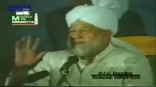 Kid gets a hug from Hazrat Mirza Tahir Ahmad(rh) good answer very nice video