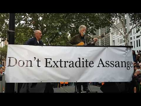 """Roger Waters Performs """"Wish You Were Here"""" live at London rally in defense of Julian Assange"""