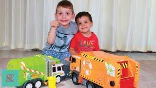 Два мусоровоза Обзор игрушек Видео про машинки Two garbage truck toy review cars video(Играем с двумя машинками мусоровоз. Видео для детей про машинки. Собираем мусор в мусорный контейнер и везе..., 2016-07-24T16:26:03.000Z)