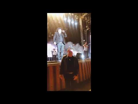 Julión Álvarez saluda a Julio César Chávez en concierto