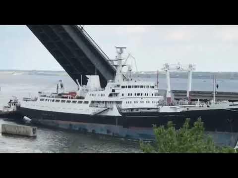 Корабль зацепился за мост в Николаеве
