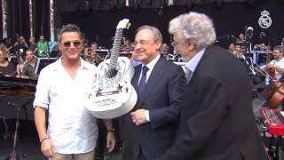 Alejandro Sanz entregó a Florentino Pérez una guitarra dedicada a la Undécima