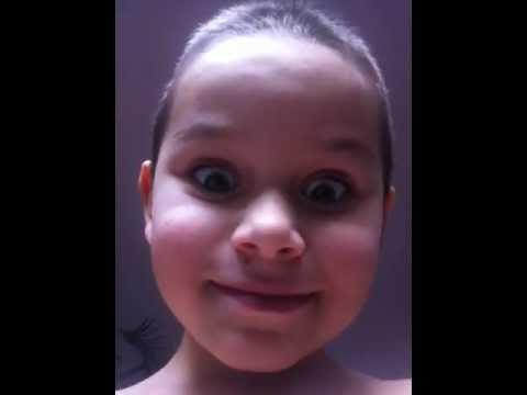 Kleiner Junge macht heimlich Videos vom Vater