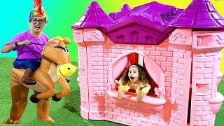 Valentina fingir brincar com o brinquedo do castelo gigante das Princesas
