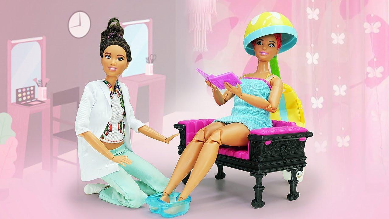 Barbie en el salón de belleza. Videos de peluquería de muñecas en español