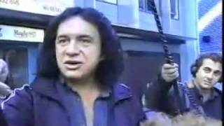 Gene Simmons gets called out by a fan (in sync)