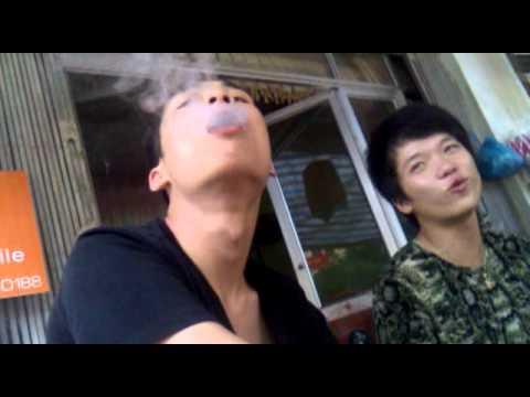 Khanh Phuong hut thuoc lao