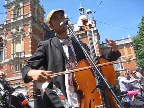 cellojoe in amsterdam busking at leidseplein plaza