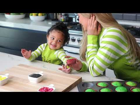 Kylie Jenner: Grinch Cupcakes with Stormi