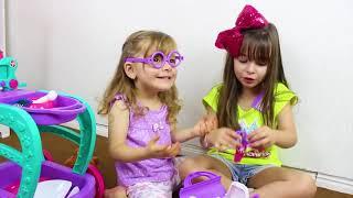 Laurinha e Helena Fingem Brincar Com Brinquedos de Médico para Crianças