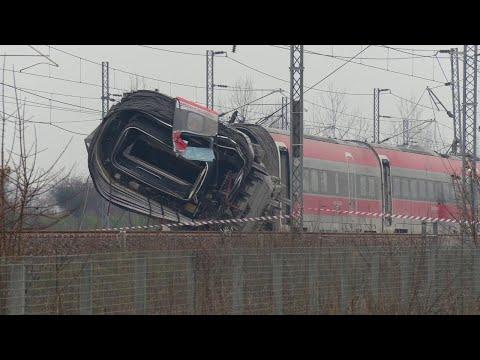 Deragliamento treno di Lodi, arrivano le gru per la rimozione dei vagoni