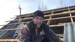 видео Крыша из шифера своими руками: как правильно поднять шифер и накрыть крышу