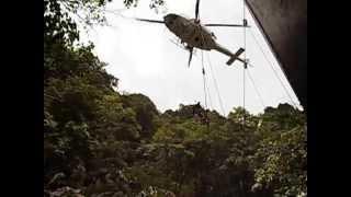 訓練中山岳救助隊員を防災ヘリがピックアップし現場へ thumbnail
