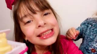 LAURINHA BRINCANDO DE LOJA DE SORVETE - Pretend Play with ICE CREAM Drive Thru Toy Store