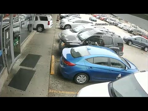 شاهد: سيارة رباعية الدفع تخترق واجهة مخبزة في تكساس  - نشر قبل 37 دقيقة