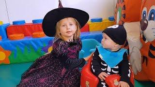Ты спишь брат джон Эльвира и Райан ПРАЗДНУЮТ ХАЛАВИН Playing with Toys and Dress Up For Halloween