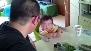 パパに怒られながら必死に睡魔と戦う息子 thumbnail