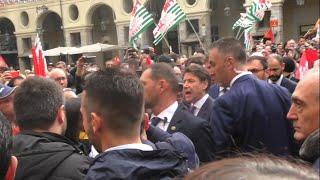 Visita del presidente Conte a Torino, i metalmeccanici in presidio urlano: