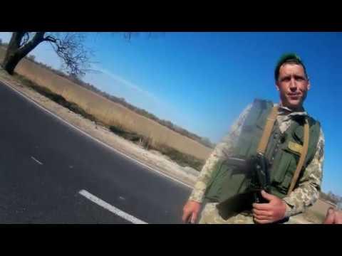 Пограничник без документов проверяет документы. Трасса Одесса Рени.