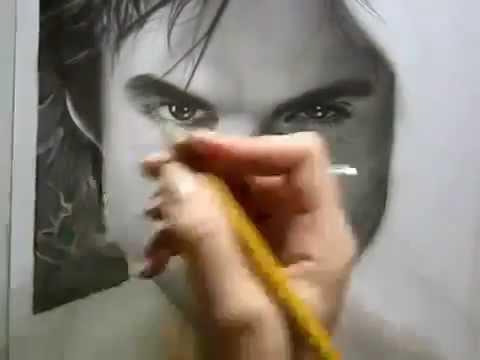 Художник рисует карандашом Йена Сомерхолдера (Деймона) с Дневников Вампира