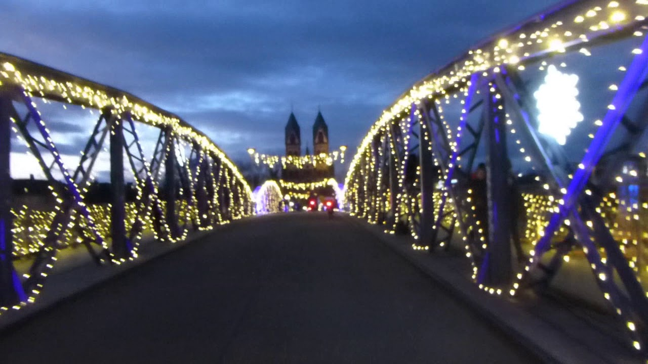 Blaue Weihnachtsbeleuchtung.Blaue Brücke Weihnachtilch