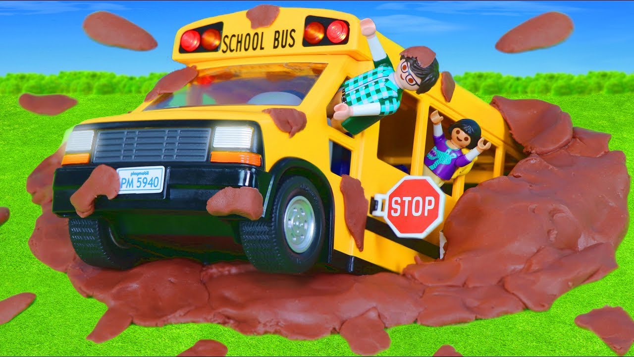 School Bus goes to the Toy Car Wash for Kids