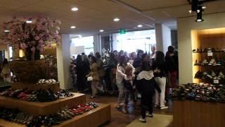 Schoenenhuis Jan Pas, klanten stormen de winkel binnen! Zomer 2012