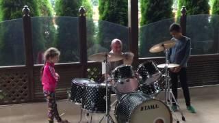 Валентин Ничипоренко учит детей играть на барабанах!