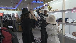 大牛想给老婆惊喜,找个闺蜜帮忙买花帽,款式颜色都按她的眼光选