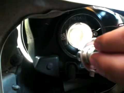 Cmo cambiar el foco de un auto Chevy  YouTube