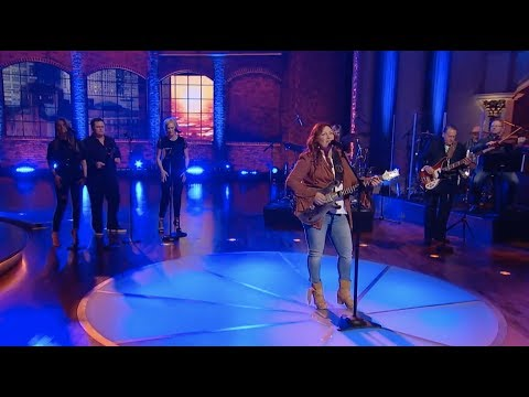Jo Dee Messina Performs