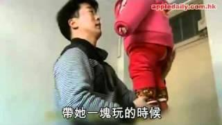 蘋果日報 - 20110116 - 9個月寶寶站父手掌「金雞獨立」