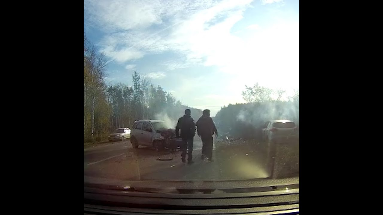 Момент аварии на ЖБИ, после которой загорелась иномарка   E1.ru