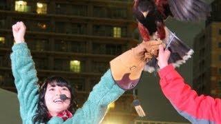 アイドルグループ「SKE48」の高柳明音さんが12月18日、東京・池袋のサンシャイン水族館のクリスマスイベント「バードフライングショー」に登場...