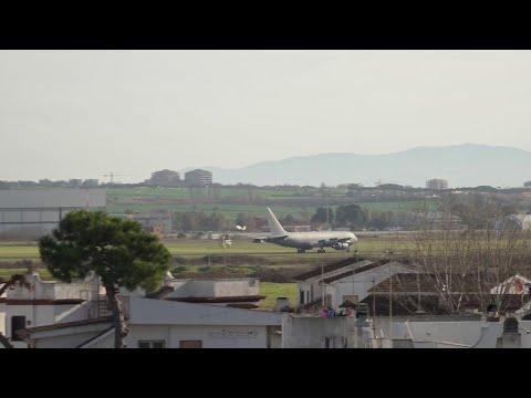 Coronavirus, arrivato l'aereo con gli italiani da Wuhan: l'atterraggio a Pratica di Mare