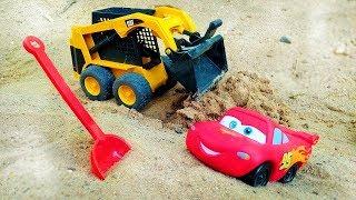Lightning McQueen baut eine Straße im Sandkaste - Spielzeugvideo für Kinder