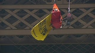 Un militant de Greenpeace se suspend à la Tour Eiffel