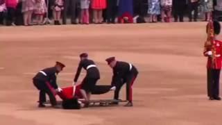 Cолдат упал в обморок на День рождения королевы(Лондон, Великобритания: гвардеец упал в обморок на церемонии празднования Дня рождения королевы. Гвардеец,..., 2016-07-01T16:31:18.000Z)