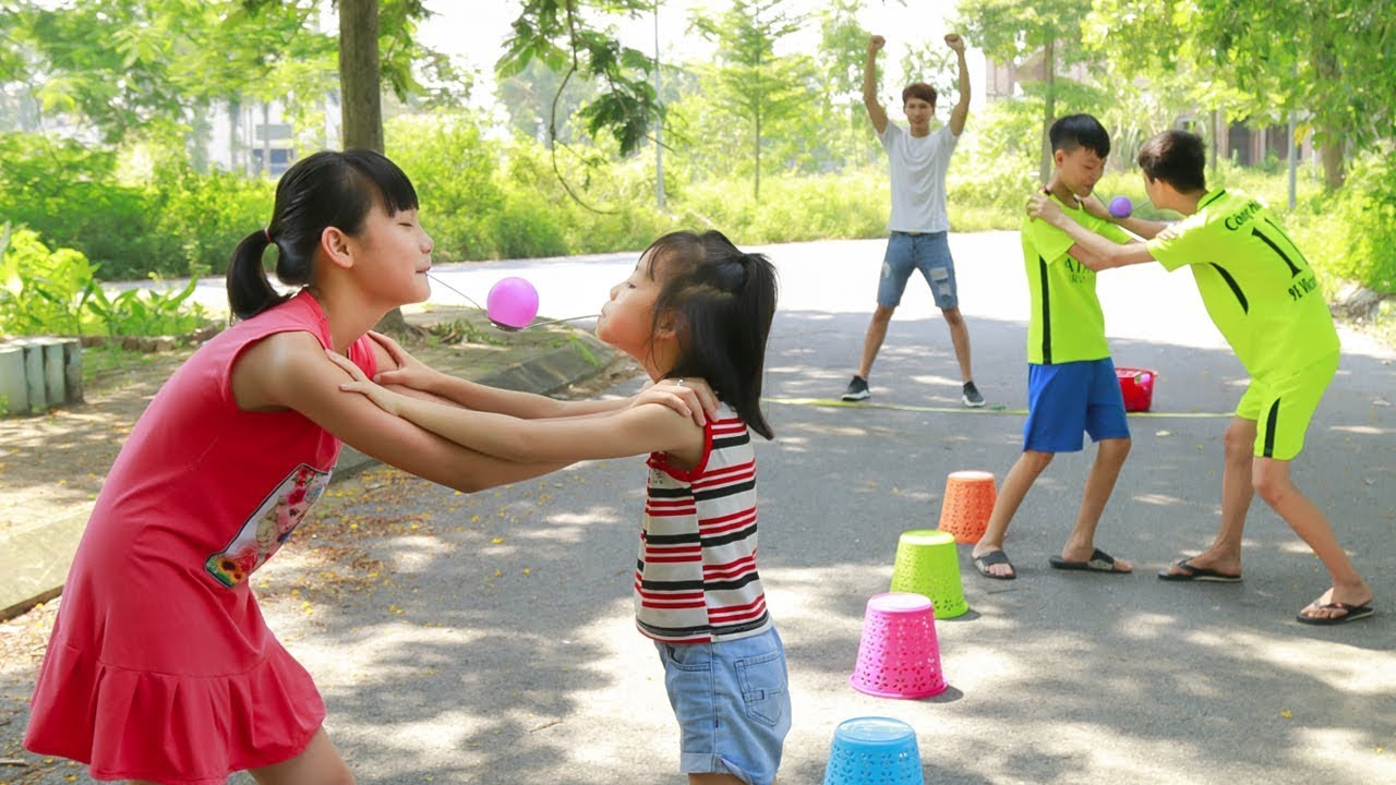 Kids play team games move ball by mouth team building - Team building swimming pool games ...