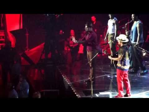 """Bruno Mars Jokes With Philip Lawrence During """"The Lazy Song"""" at the O2 Arena (Moonshine Jungle Tour)"""