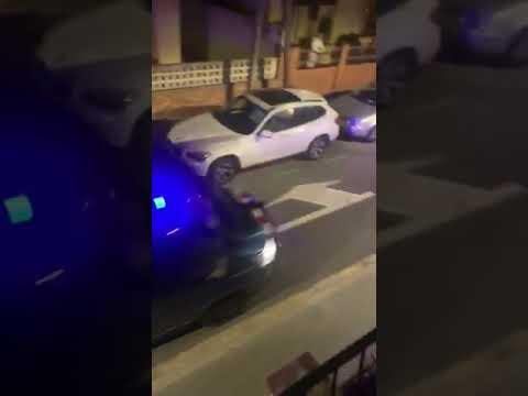 """Una patrulla de los Mossos, a los manifestantes:  """"Venid, que somos gente de paz, venid"""""""