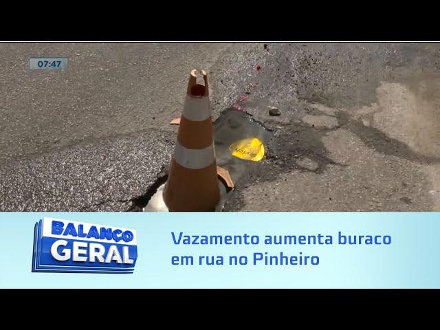 Vazamento no Pinheiro aumenta buraco na Rua Coronel Lima Rocha