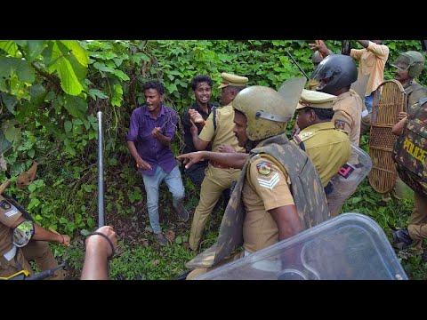 شاهد: اشتباكات عنيفة بين الشرطة ومحتجين على دخول النساء لمعبد هندوسي…  - 12:54-2018 / 10 / 18