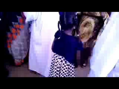 طفلة عسل 😙😙 ترقص علي وتر الطنبور thumbnail