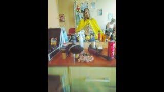 Видеообзор парикмахерской накидки с прозрачным окошком - стильный парикмахерский пеньюар