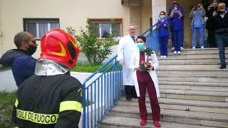 Da pompieri e polizia sirene e applausi per ringraziare gli operatori sanitari